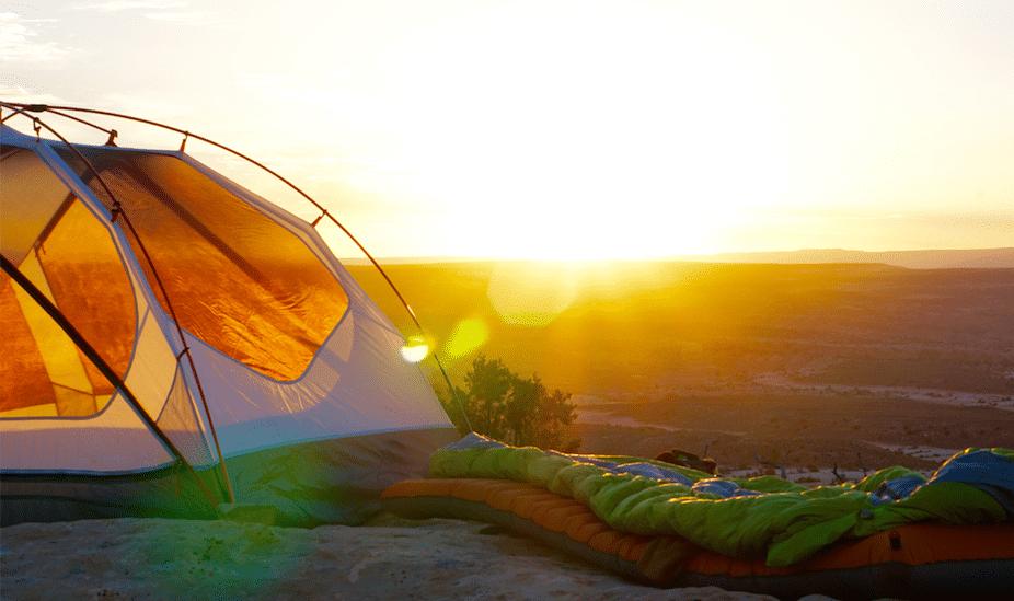Sacco a pelo fuori da tenda all'alba